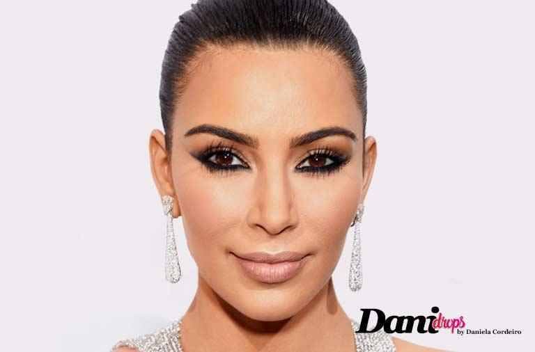 Kim Kardashian com maquiagem de olho esfumado invertido