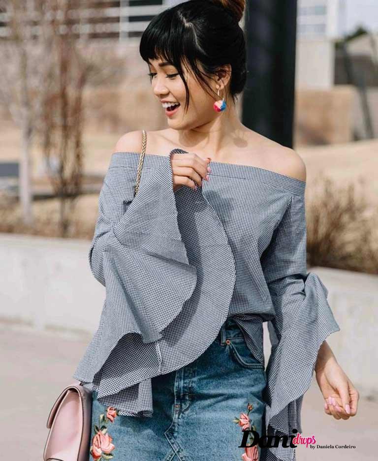 blusa cinca com babados e calça jeans
